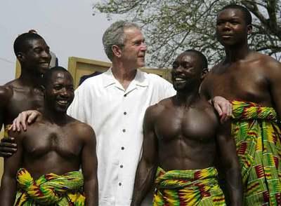 El presidente de EE UU, George W. Bush, con unos bailarines, en un momento de su visita a Ghana.