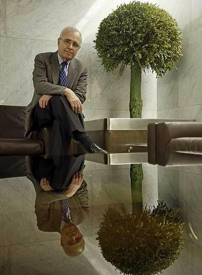 José María Maravall, fotografiado en el vestíbulo del edificio de Estudios en Ciencias Sociales en el que trabaja.