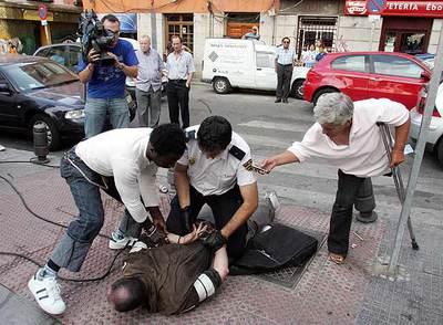 Un transeúnte filmaba con su móvil la detención del presunto asesino de una mujer en Madrid.