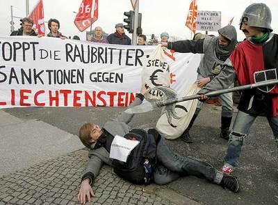 Varios activistas se manifiestan en Berlín el 20 de febrero contra de la evasión fiscal en Liechtenstein.