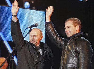 El presidente ruso, Vladímir Putin, y su delfín, Dmitri Medvédev, saludan a la multitud en una fiesta electoral anoche en Moscú.