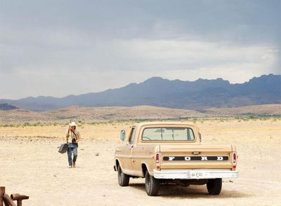 Josh Brolin, en la inmensidad del desierto de  No es país para viejos. , producida por Miramax.