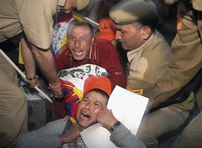 La policía india detiene a tibetanos que protestan con una marcha en Dehra (India).