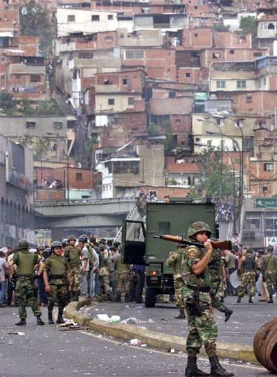 La policía antidisturbios, en una calle del barrio de Petare, en Caracas, en julio de 2003.