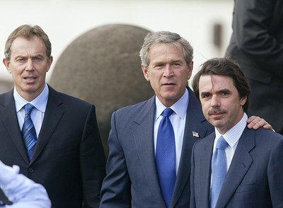 La  foto de las Azores.  Blair, Bush y Aznar, tras decidir la invasión de Irak, el 16 de marzo de 2003.