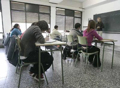 Alumnos de tercero de ESO atienden las explicaciones de una profesora en un instituto de Vitoria.