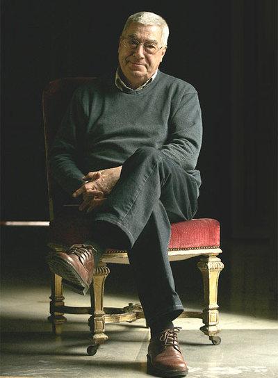 La característica media sonrisa de Rafael Azcona, en una fotografía tomada en 2006.