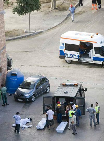 Trabajadores y sanitarios, junto a los cadáveres de los empleados de Holcim fallecidos en Carboneras.