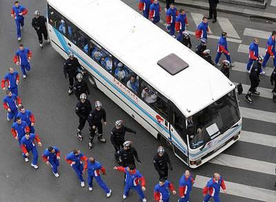 Policías franceses escoltan el autobús en el que tuvo que viajar la antorcha olímpica tras los incidentes ocurridos ayer en París.