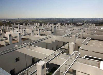 Panorámica de Madrid desde los tejados del bloque de viviendas protegidas diseñadas por Thom Mayne en el Ensanche de Carabanchel.
