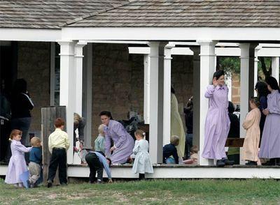 Mujeres y niños de la Iglesia Fundamentalista de Jesucristo de los Santos de los Últimos Días, en su refugio temporal de San Angelo (Tejas).