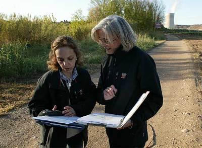Dos inspectoras del CSN, ayer en los alrededorres de la nuclear de Ascó.