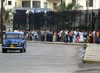 Decenas de cubanos hacen cola para conseguir un visado en el edificio de la misión de EE UU en La Habana, en junio de 2006.