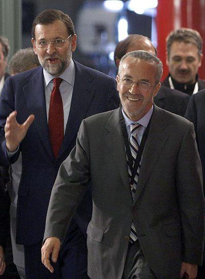 Arriola, en primer término, acompaña a Rajoy al primer debate televisado de éste con Zapatero.