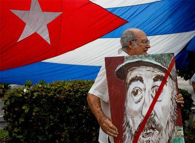 Un cubano muestra un cartel con la efigie de Fidel Castro en una calle de la Pequeña Habana, en Miami, el pasado  febrero.