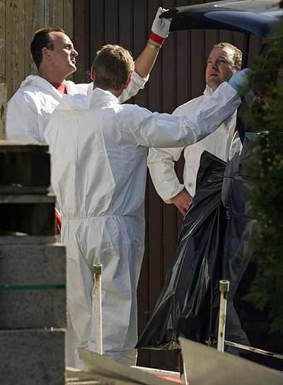 La policía toma muestras de la casa donde estuvo recluida la mujer.