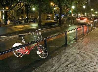 Una bicicleta, con una rueda pinchada, en la estación de la Rambla Catalunya con Consell de Cent el lunes por la noche.