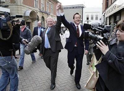 El candidato conservador David Cameron (a la derecha) celebra su victoria con otro miembro de su partido en Nuneaton.