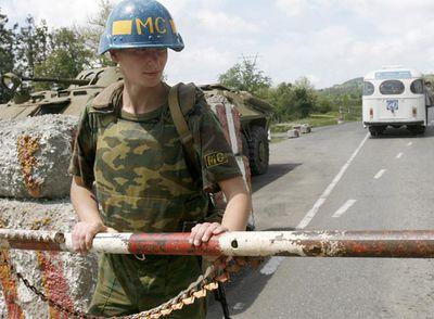Un miembro de la fuerza pacificadora rusa, el sábado en la línea divisoria entre Abjazia y Georgia.