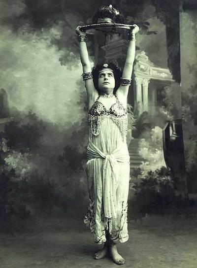 Margarita Xirgu, representando  Salomé,  de Oscar Wilde.