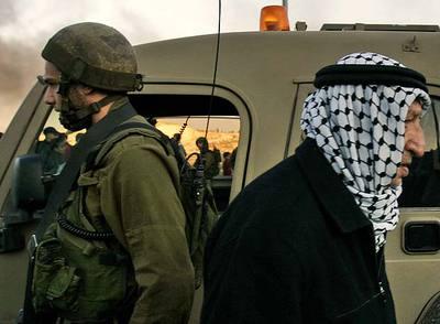 El símbolo de un desencuentro: un soldado israelí y un palestino, en un puesto de control.