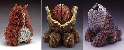 Tres de las sorprendentes esculturas de la artista de origen surafricano y afincada en Boston Jennifer Maestre. Sus estructuras están elaboradas con cientos de trozos de lápices enfilados en hilos. Sobre estas líneas y de izquierda a derecha:  Imp, Tiamat  y  Threnody .