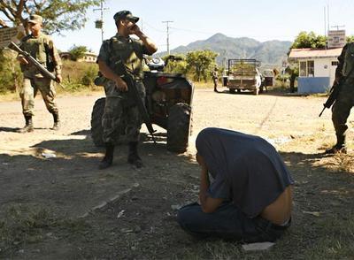 un miembro del cartel del Pacífico en el Estado de Michoacán. / AP
