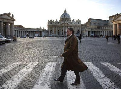 El embajador Vázquez, en la plaza San Pedro del Vaticano.