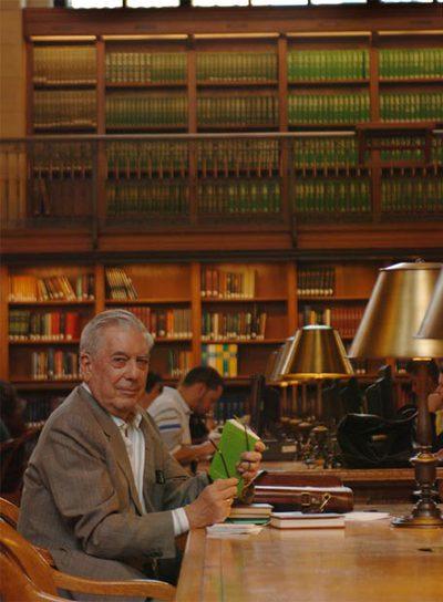 El escritor Vargas Llosa en la biblioteca pública de Nueva York.