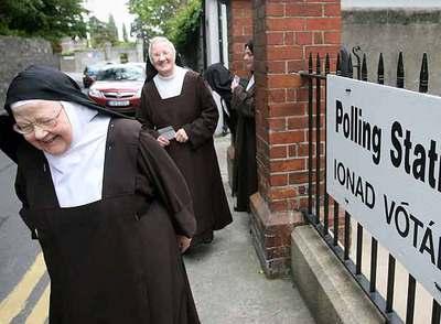 Un grupo de monjas sale de un colegio electoral en Dublín durante las últimas elecciones generales, celebradas el 24 de mayo de 2007.