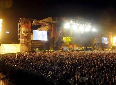 Ambiente en el auditorio John Lennon de Getafe, Madrid, durante la actuación del grupo Metallica el sábado por la noche.