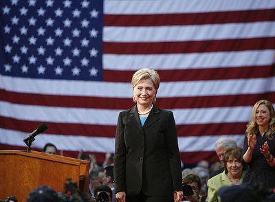Hillary Clinton, ayer en Washington. A la derecha, su hija, Chelsea.