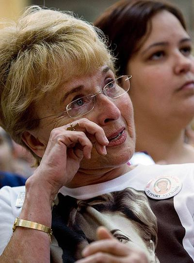 Una mujer llora al escuchar a Hillary Clinton ayer.