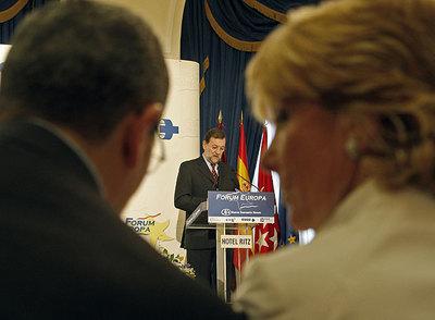 Alberto Ruiz-Gallardón y Esperanza Aguirre, durante un acto celebrado ayer en el Fórum Europa. Al fondo, Mariano Rajoy.