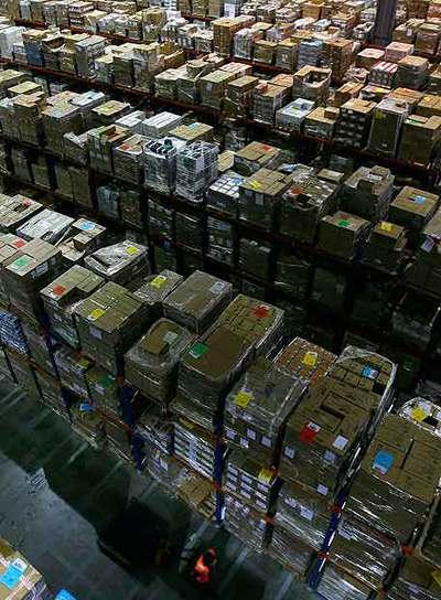 Cajas de libros en un almacén de Amazon en Inglaterra.