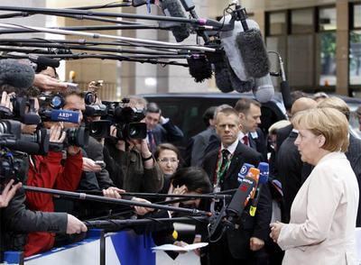 La canciller alemana, Angela Merkel, se dirige a la prensa ante la sede del Consejo Europeo en Bruselas.