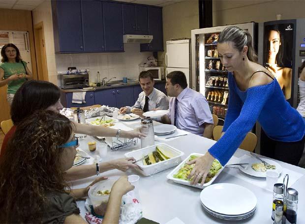 Un grupo de trabajadores en el comedor de la empresa tq - Comedor empresa ...
