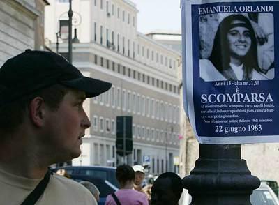 Carteles en Roma por la desaparecida Emanuela Orlandi.