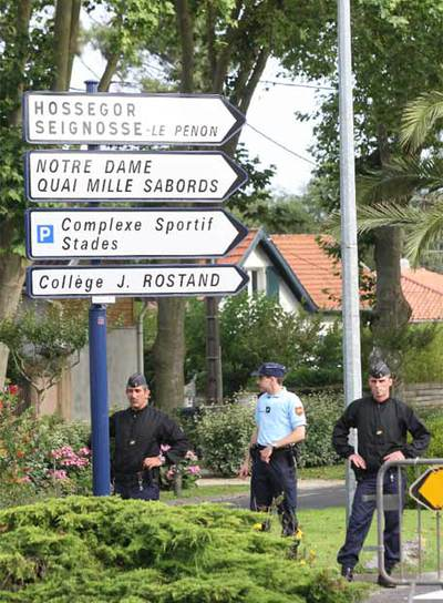 Agentes franceses custodian la zona de la reconstrucción.