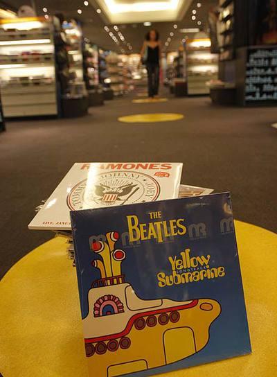 Los vinilos vuelven y ocupan cada vez más espacio en las tiendas especializadas en productos culturales, como la Fnac.