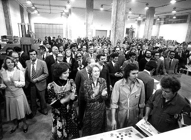Simone Ortega (en el centro, aplaudiendo), en la salida de talleres del primer ejemplar del diario  EL PAÍS. 1976.