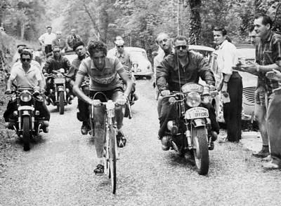 Bahamontes sube un puerto en la etapa Saint Etienne-Grenoble de 1959.