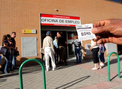 El aluvi n de nuevos parados colapsa las oficinas del inem for Horario oficina inem madrid