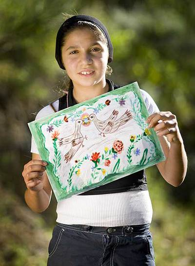 Rebecca Covaciu, una niña rumana de 12 años y etnia romaní, con uno de sus dibujos.