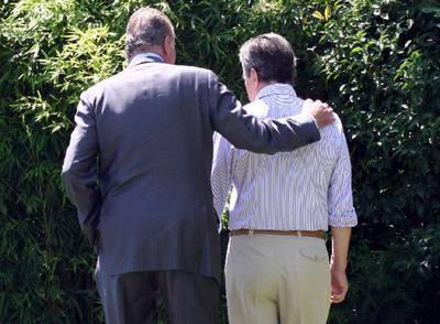 El rey don Juan Carlos pasea junto a Adolfo Suárez por el jardín de la casa del ex presidente.