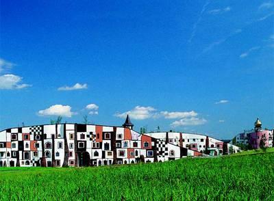 Hundertwasser proyectó en 2000, en Bad Blumau (Austria), el recinto termal Rogner, con ventanas multiformes y ni una sola línea resta (