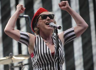 La cantante de Blondie, Debbie Harry, durante su actuación anoche en el festival de Boadilla.