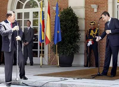 Zapatero invita a volver a Chávez, que bromeó haciendo amago de llevarse el micrófono al sol.