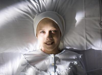 Nerea Camacho, en el papel de Camino, inspirado en el personaje real de Alexia González-Barros, la niña fallecida en 1985 y actualmente en proceso de beatificación.