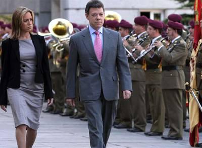 Carme Chacón y su homólogo colombiano, Juan Manuel Santos, pasan revista a las tropas durante la visita de éste a Madrid.